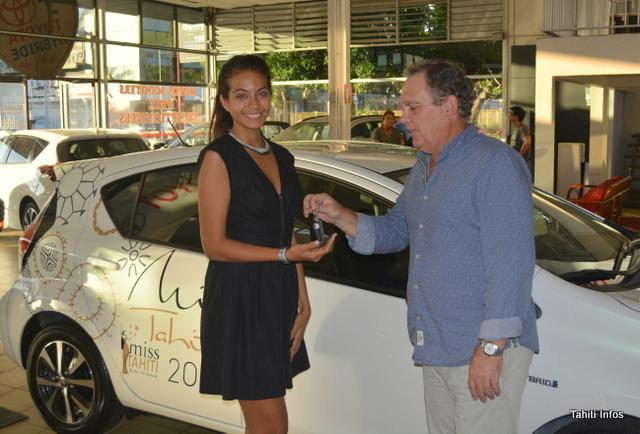 Vaimalama Chaves a reçu la clé de sa nouvelle Prius C des mains du directeur Lionel Foissac.
