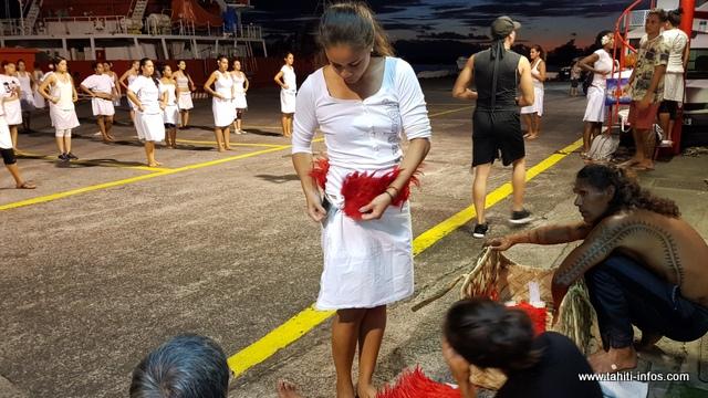 Pour son grand costume, Olivier Lenoir utilisera des plumes rouges, du pandanus tressé, la nacre, la coque de coco… pour symboliser le sacre du héros.