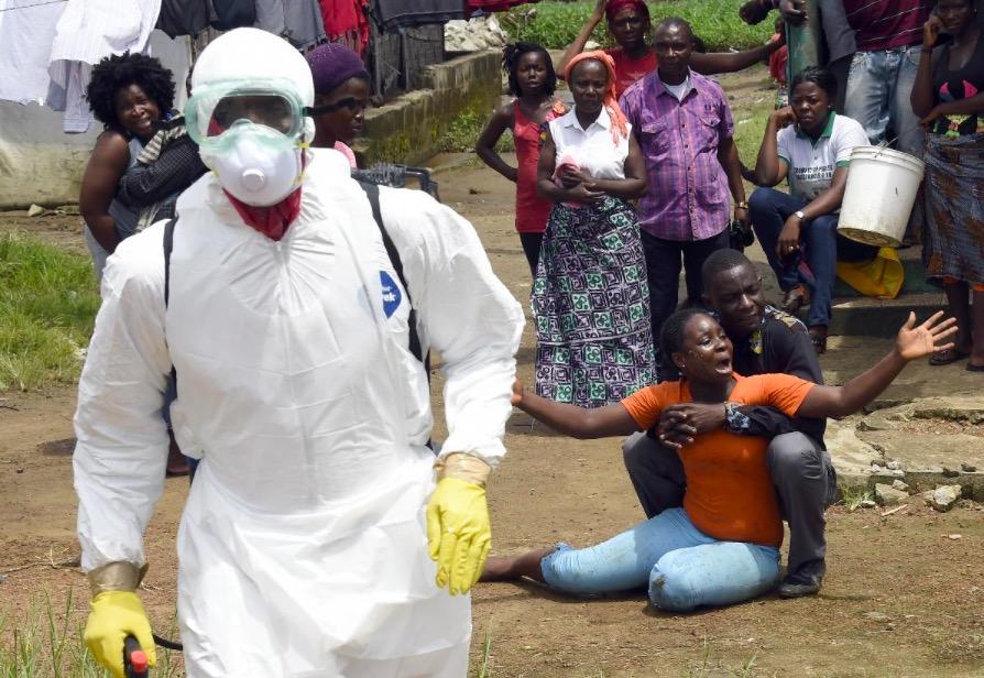 Une femme apprend la mort de son mari du virus Ebola la 4 octobre 2014 à Monrovia PASCAL GUYOT  /  AFP/Archives