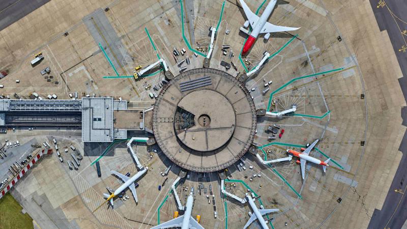 Les aéroports sont désormais totalement connectés (ici en illustration Gatwick Airport, à Londres, qui a  décidé la mise à jour de son système informatique pour 15 millions de dollars en y intégrant même de l'intelligence artificielle. Crédit : Hewlett Packard Enterprise Development LP)