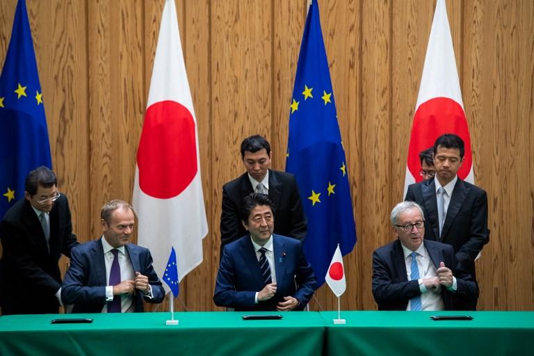 """Dans un """"message"""" à Trump, UE et Japon signent un vaste accord commercial"""
