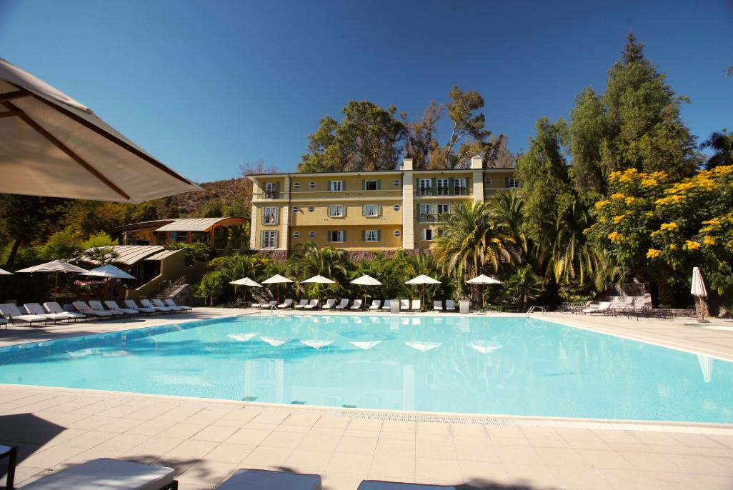 """La très grande piscine extérieure de Termas Jahuel, avec, à l'arrière-plan l'un des bâtiments du resort. Ambiance """"cure thermale"""" dans les Vosges, mais avec le soleil garanti !"""