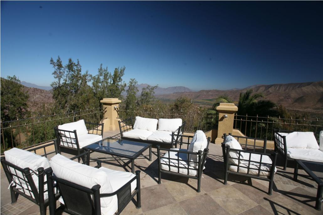 Une des terrasses de l'établissement, où il fait bon se reposer, en dominant la vallée de l'Aconcagua. Le premier hôtel bâti ici l'avait été en 1912.