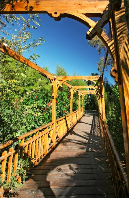 """Ambiance très romantique dans les jardins du centre de remise en forme. L'abondance  de l'eau permet d'y entretenir des plantations superbes, qui tranchent avec le décor """"western"""" des environs."""