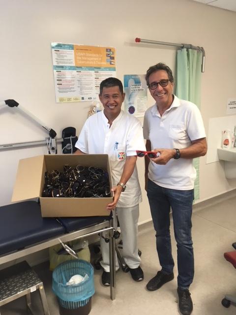 Le docteur Lam Nguyen du CHPF a reçu 200 paires de lunettes de soleil pour ses patins. Il est accompagné par le docteur Gérard Mazeau, bénévole de l'Ordre de Malte