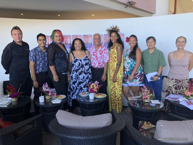 Le directeur de la restauration, Teva Teriitemoehaa est entouré des représentants des groupes de danse qui animeront cette 15ème édition du Te Hura Nui.