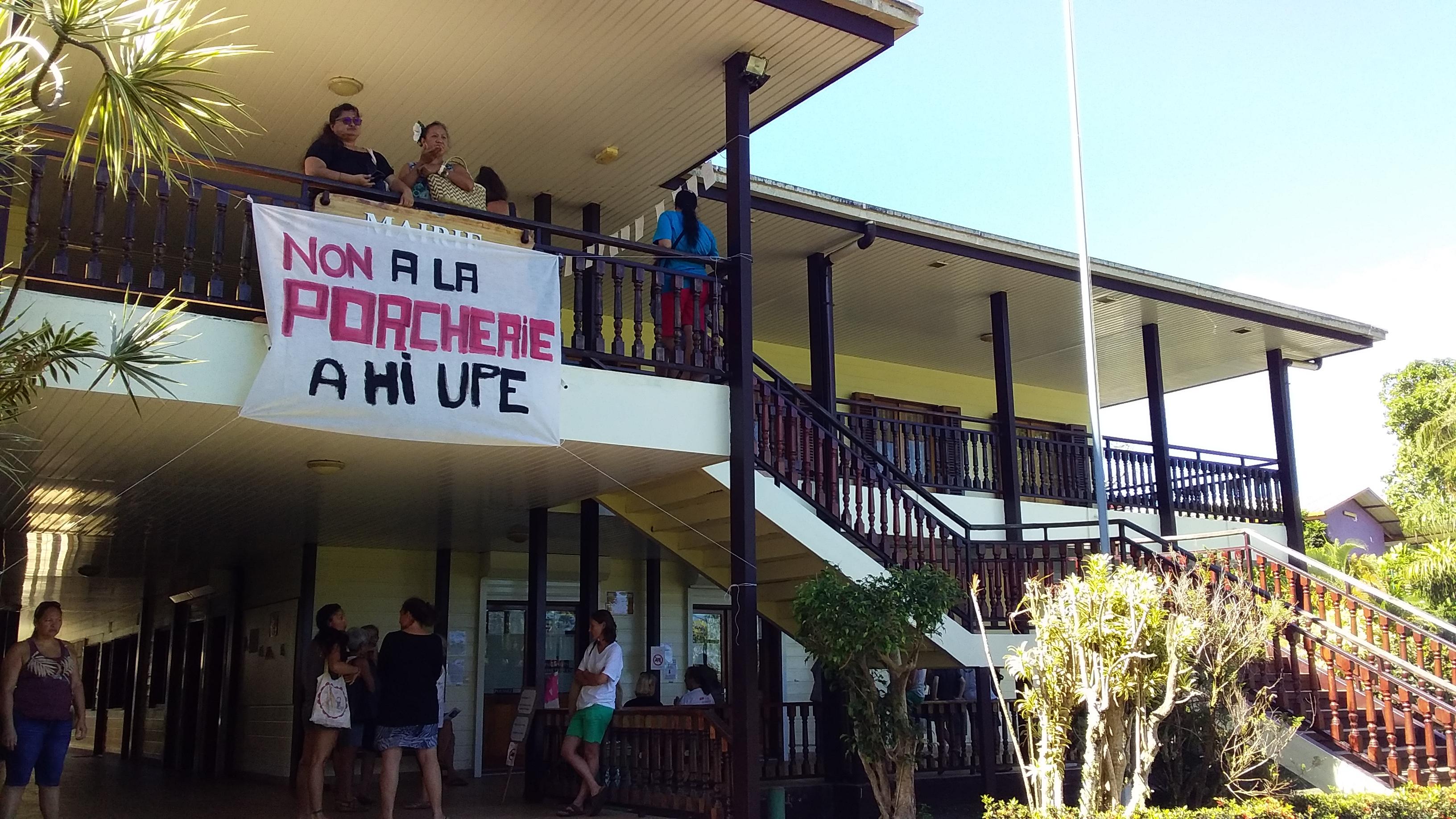 Des opposants à l'élevage porcin se sont également réunis devant la mairie de Taiarapu Est.
