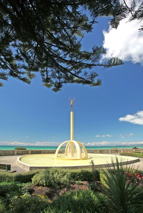 Cette fontaine Art Déco symbolise à elle seule la ville de Napier qui fait face au Pacifique. Au sommet de la colonne, on croirait une statue de Chiparus, le sculpteur d'origine roumaine qui a immortalisé dans le bronze les années folles.