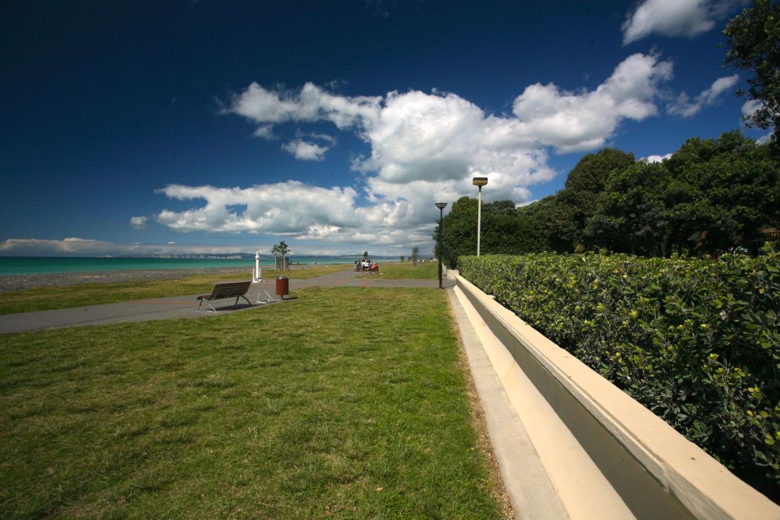 Le front de mer est d'une exceptionnelle longueur et largeur à Napier. À droite de la large plage, un espace aussi vaste est dévolu à des parcs et jardins fleuris.