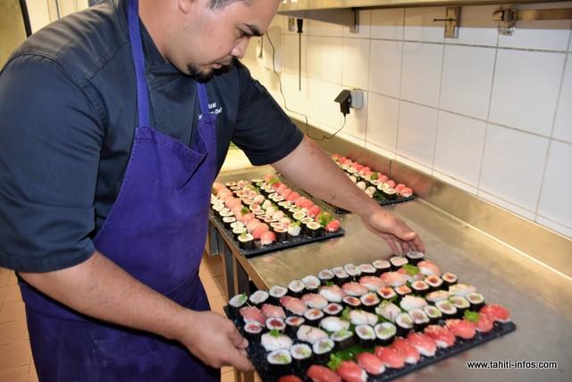 Six plats de sushis seront préparés dans un premier temps. Mais Puarani en refera d'autres s'il le faut.