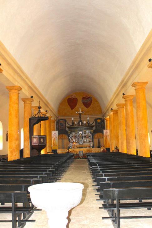 Peinte en bleu jusqu'à sa restauration, la cathédrale a, depuis 2011, retrouvé ses couleurs d'origine ; la voûte est supportée par 18 colonnes.