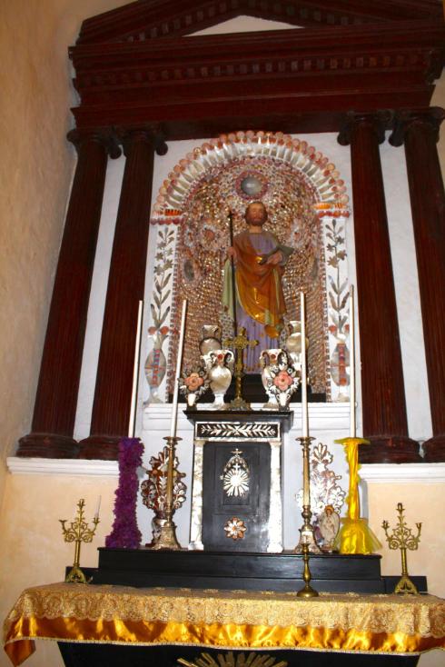 A gauche au maître autel, Saint Joseph veille, une croix dans une main, une hache (de menuisier) dans l'autre. La hache est un attribut d'ordinaire réservé à Matthieu.