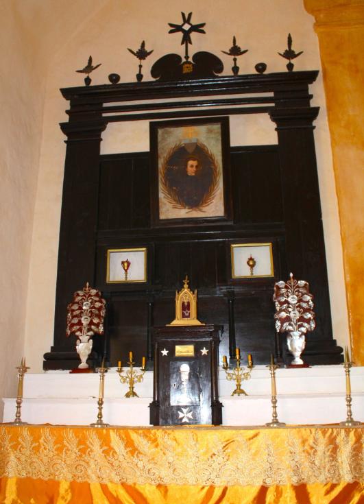 Au fond de la cathédrale, à droite en entrant, un oratoire rend hommage aux pères Laval et Caret, le portrait étant celui (approximatif) d'Honoré Laval.