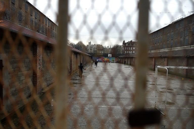 """Canicule: les détenus suffoquent et tentent le """"système D"""""""
