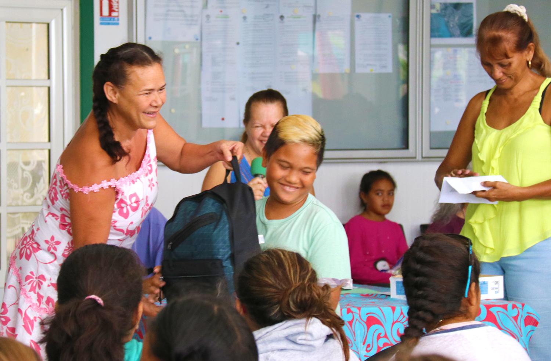 Heureux, ces enfants pourront bien démarrer leur année scolaire, en classe de 6ème. Crédit photo : commune de Paea.
