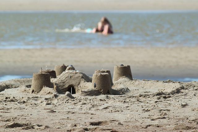 Vendée: un jeune homme se noie dans le trou de sable qu'il a creusé