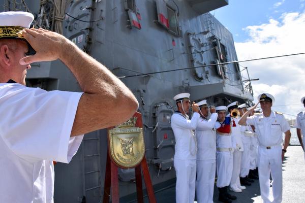 l'amiral monte à bord de la frégate chilienne