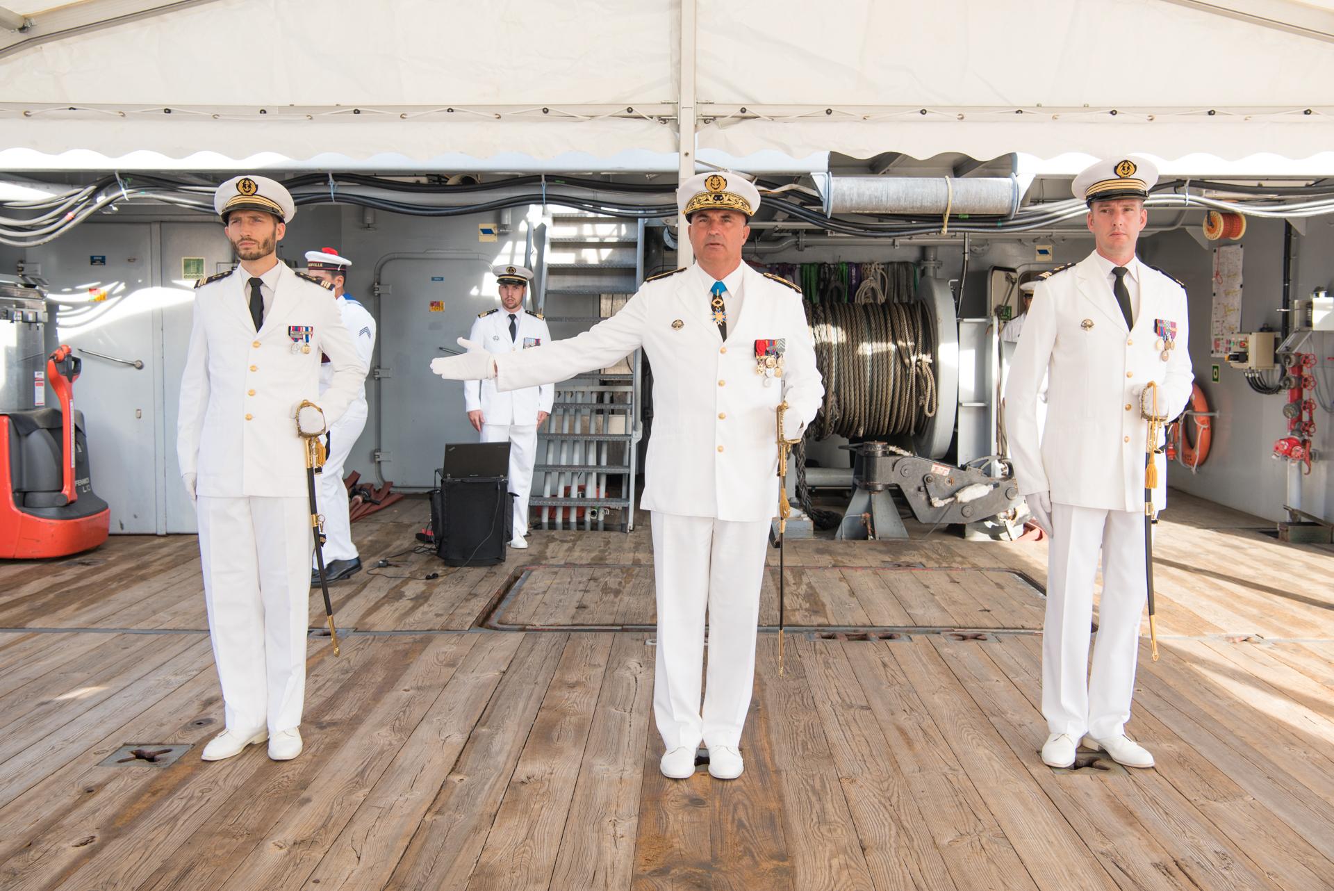 C'est le contre-amiral, Laurent Lebreton, commandant supérieur des Forces armées en Polynésie française, qui a procédé à la cérémonie de reconnaissance du nouveau commandant de l'équipage B du Bougainville. Crédit : SM Cindy Luu. FAPF.