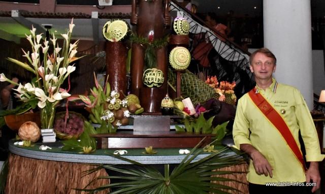 Pour bien démarrer son séjour polynésien, Frédéric Jaunault s'est chargé de la décoration du buffet des desserts pour la dernière soirée du Te Hura Nui, samedi.