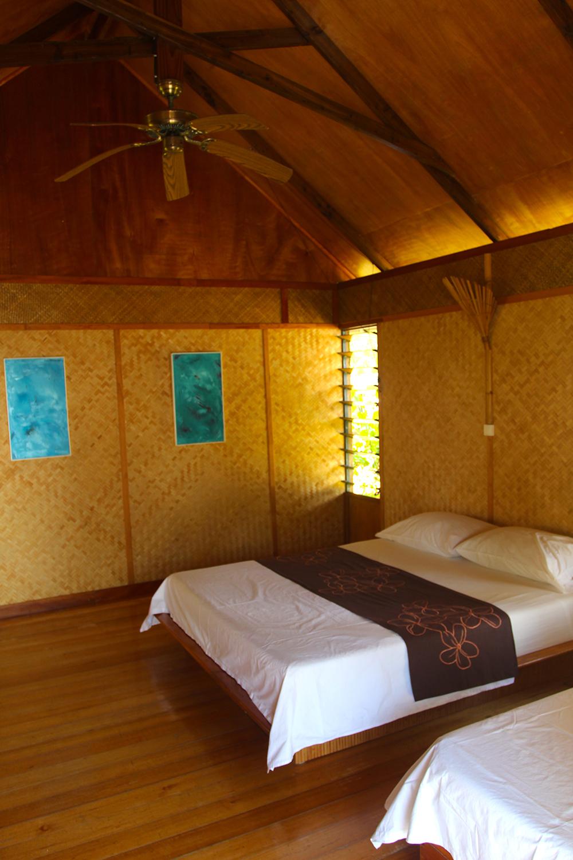L'intérieur d'un des quatre bungalows de la pension Poerani Nui. Manu les a récupérés auprès de l'ex-hôtel Manihi Pearl Beach et les a décorés de ses propres peintures.