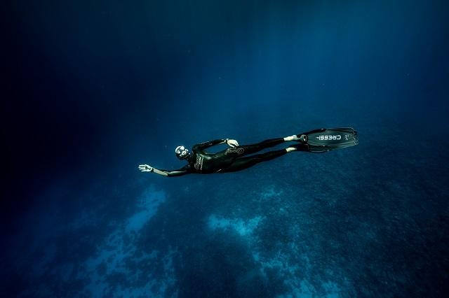 L'apnéiste Guillaume Néry s'immerge à Moorea