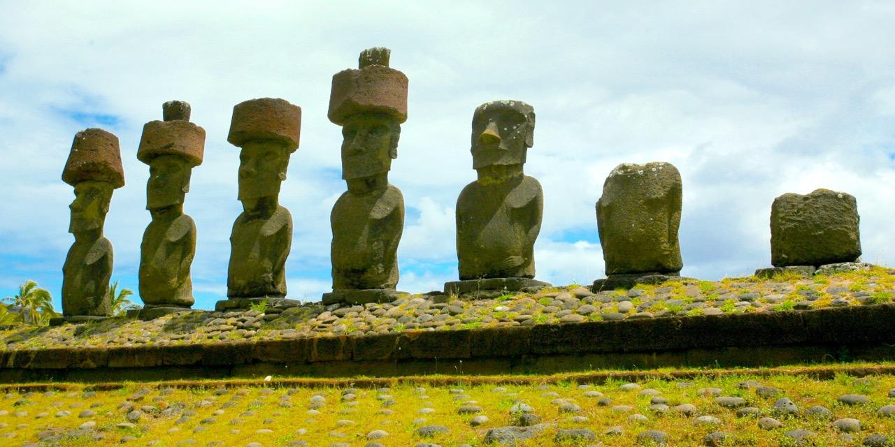 Seuls les moai (ici ceux de l'ahu Nau Nau, devant la plage de Anakena) connaissent le véritable nom de l'île de Pâques ; mais ils sont restés et resteront muets…