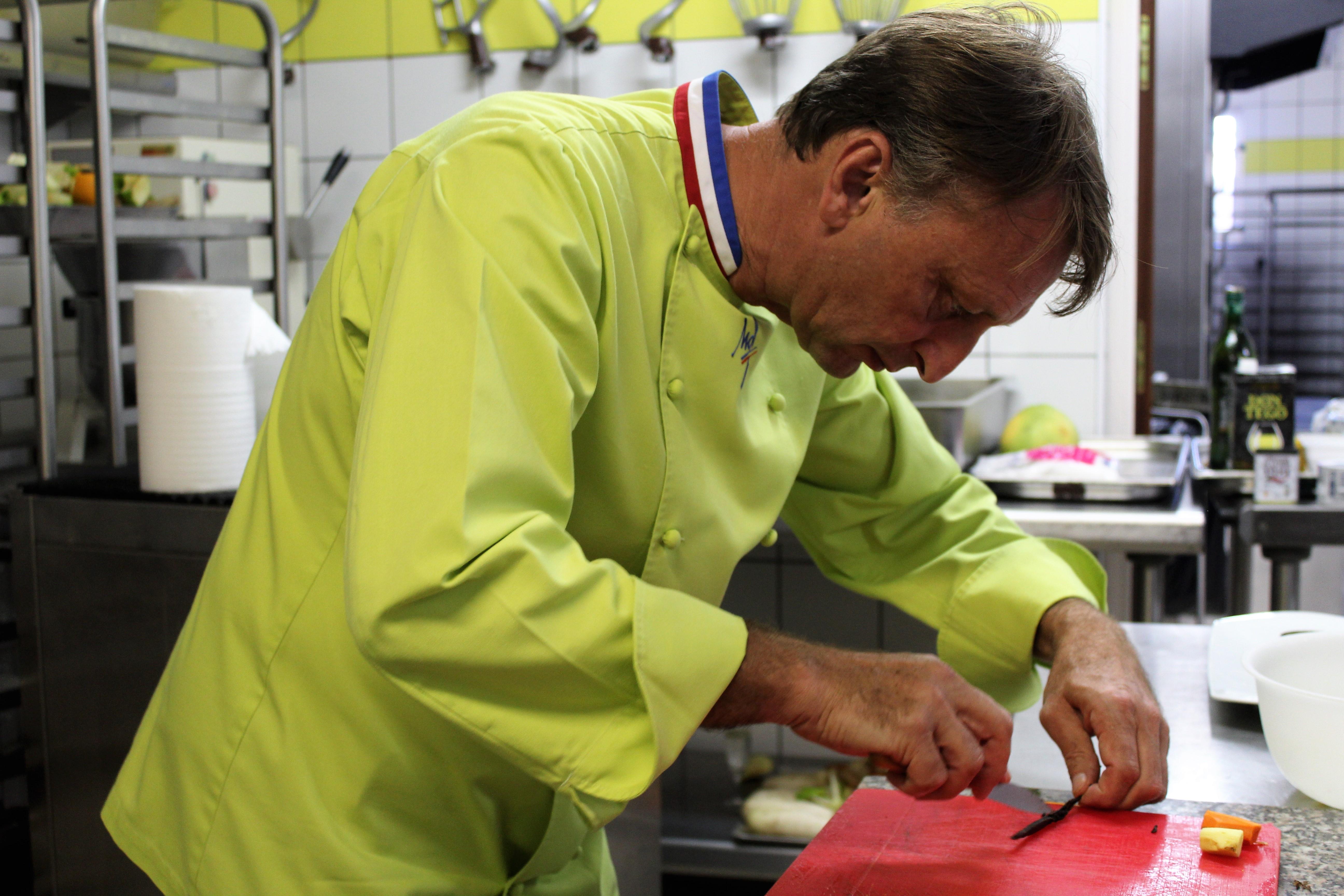 Des apprentis cuisiniers transformés en sculpteurs d'ananas