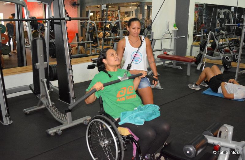 Lysiane et sa coache personnelle, Heinui. Elle lui a préparé un entrainement parfaitement adapté à ses objectifs, en tenant compte de son fauteuil.