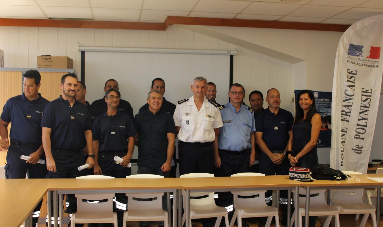 """Huit agents des douanes de Polynésie française ont été formés à la """"fouille des navires""""."""