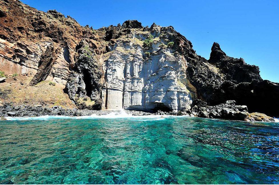La grotte des Dieux n'est accessible que par la mer ou la falaise, et héberge d'anciennes gravures polynésiennes (crédit Tony Probst)