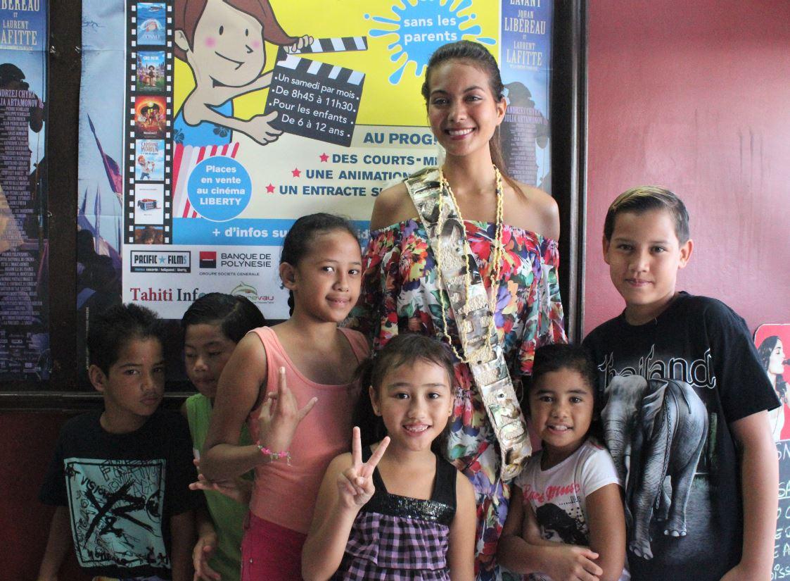 Miss Tahiti 2018, entourée d'enfants de la Saga, invités par Ciné Kid.