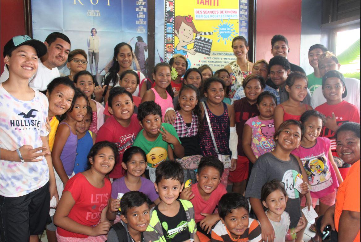 Miss Tahiti avec les enfants du quartier prioritaires de Mamao.