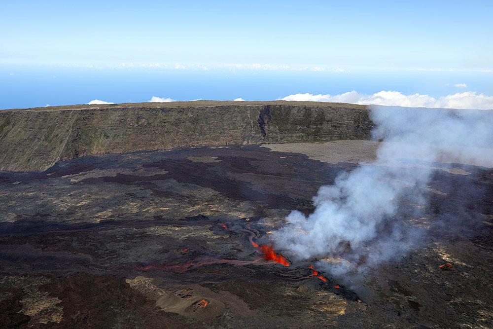 Le piton de la Fournaise en éruption pour la quatrième fois de l'année