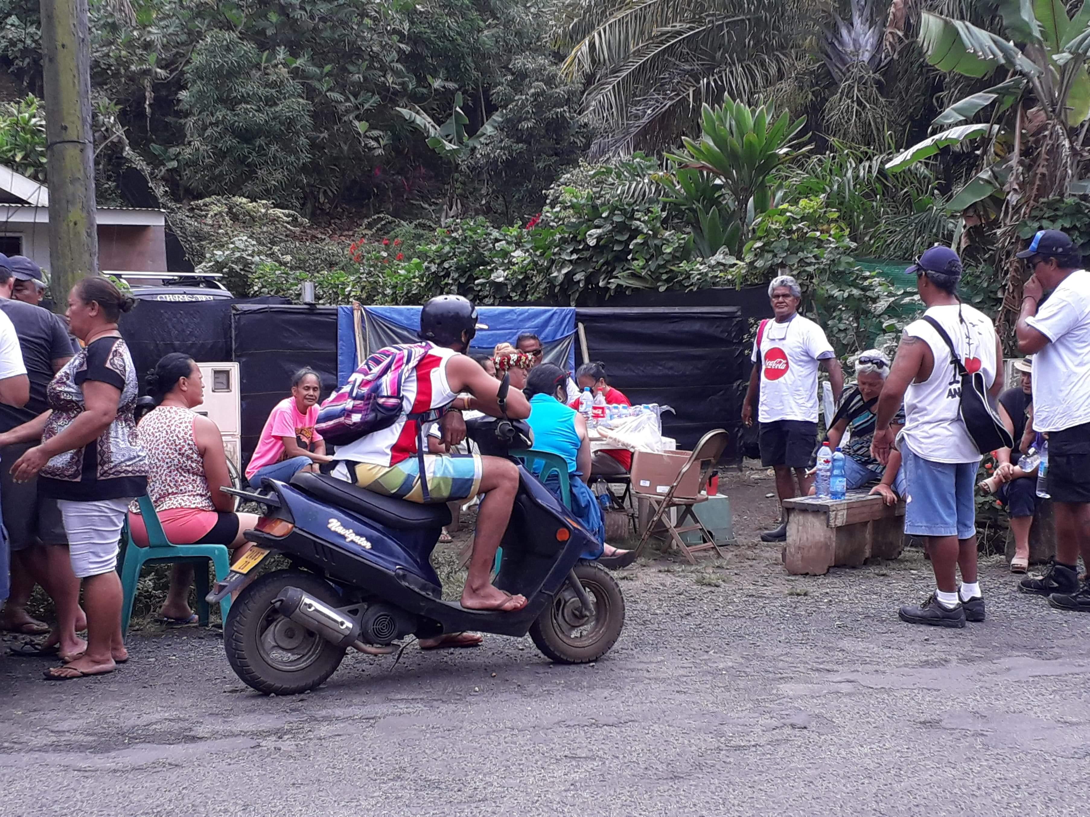 À Bora Bora, les grévistes issus du monde hôtelier se sont retrouvés en bord de route.