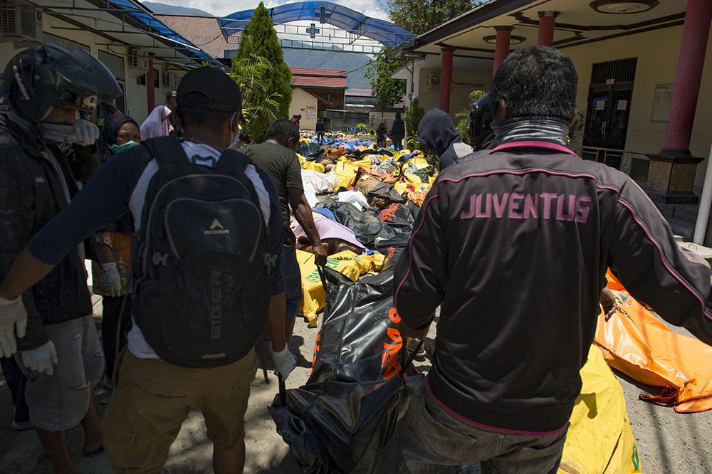 Indonésie: les enterrements de masse commencent, 191.000 personnes ont besoin d'aide