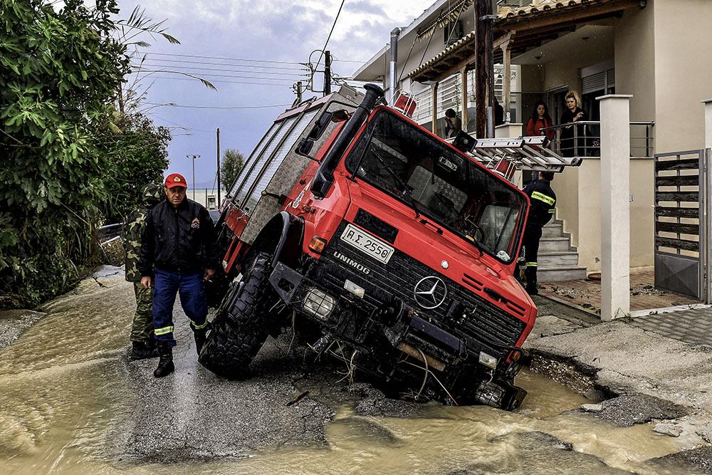"""Grèce: le passage d'un """"médicane"""" laisse trois disparus et des inondations"""