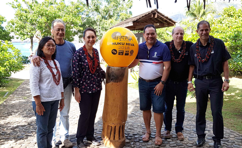 """Véritable symbole de l'arrivée de Natitua, """"la Golden bouée """",  été descendue sur Taiohae. Crédit image Natitua-OPT"""