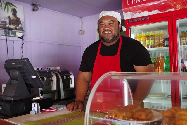 Avant de se lancer dans la restauration et de tenir un snack propret à l'entrée de la ville de Nouméa, Gaëtan Kohenui vivait au fenua.