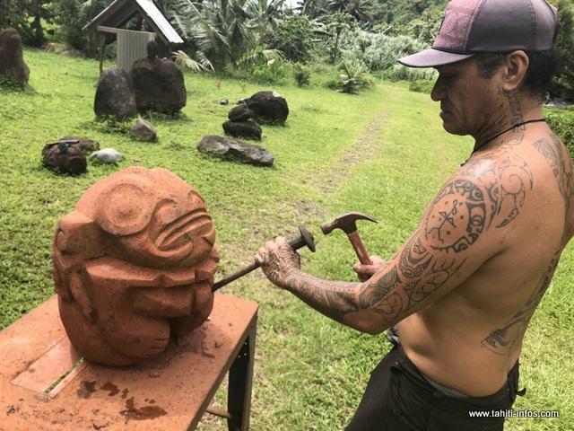 Ruben est sculpteur sur pierres et tatoueur.