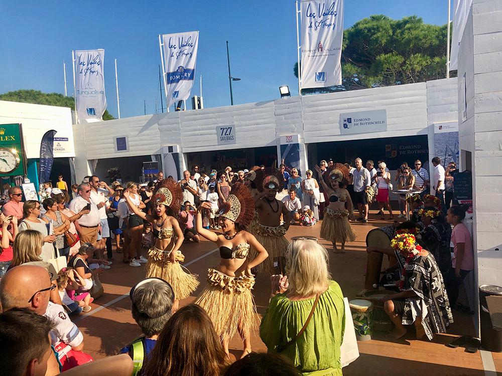 Un show tahitien au coeur du village en guise de préambule au cocktail d'inauguration.