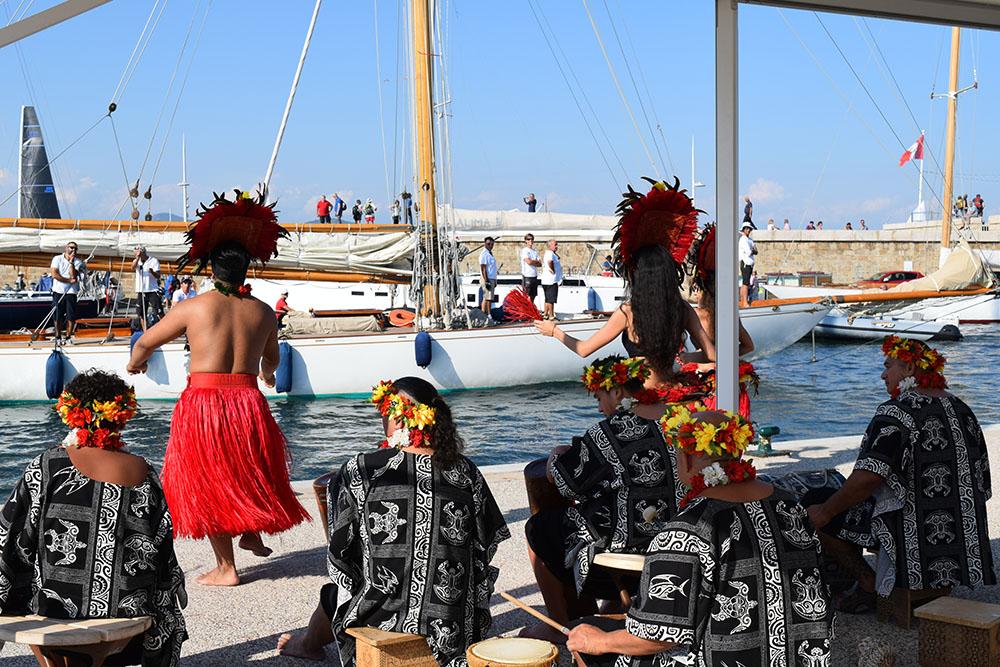 Les régatiers des régates royales sont accueillis à leur arrivée au port par une troupe de danse tahitienne et ses musiciens.