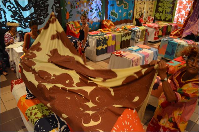 Durant une semaine et demie, les visiteurs pourront admirer les mamas coudre un tifaifai dans leur quotidien. Les plus entreprenants auront l'occasion d'acquérir des chemins de tables ou, pour les plus courageux, des tifaifai bâtis qui leur permettront de réaliser leur propre ouvrage. Photo d'archives