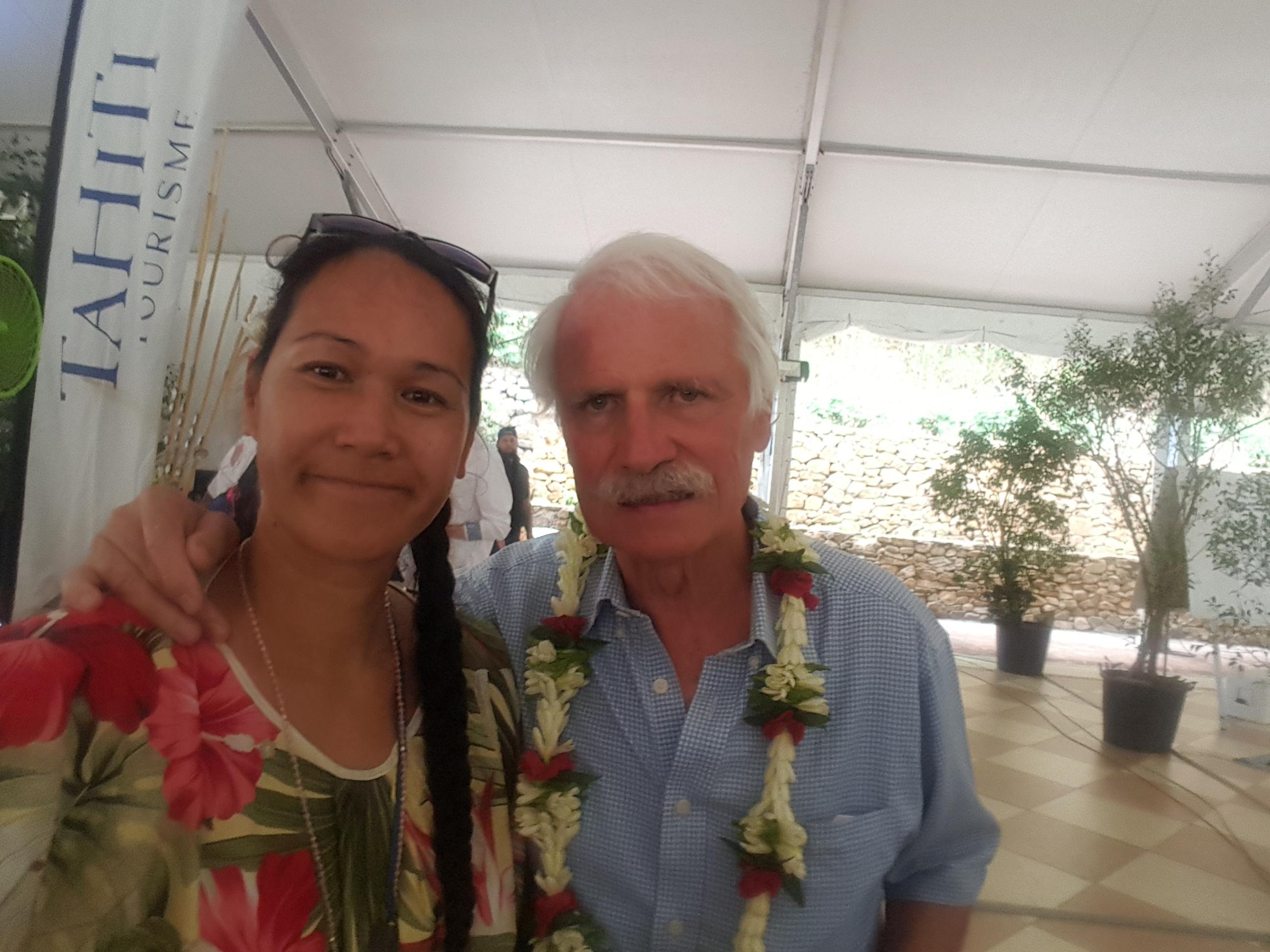 Laiza Pautehea aux côtés de Yann Arthus-Bertrand, photographe, reporter, réalisateur et écologiste français, venu fin septembre au fenua.