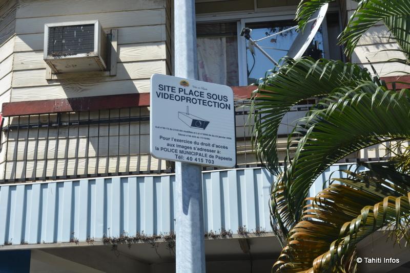 A deux mètres de la vitrine brisée d'Elga, ce panneau annonçant la vidéosurveillance du quartier. Il ne semble pas avoir été efficace.