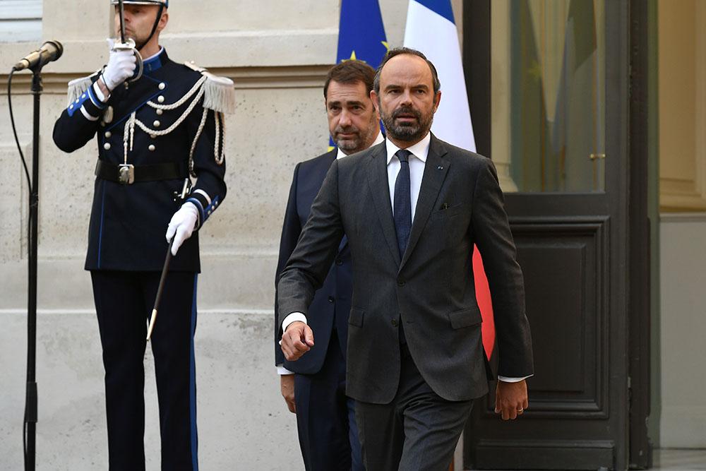 Quatre ministres ont été évincés du gouvernement d'Édouard Philippe, qui comprend par ailleurs huit nouveaux entrants et six membres ayant changé de portefeuille ou dont les attributions ont été modifiées.