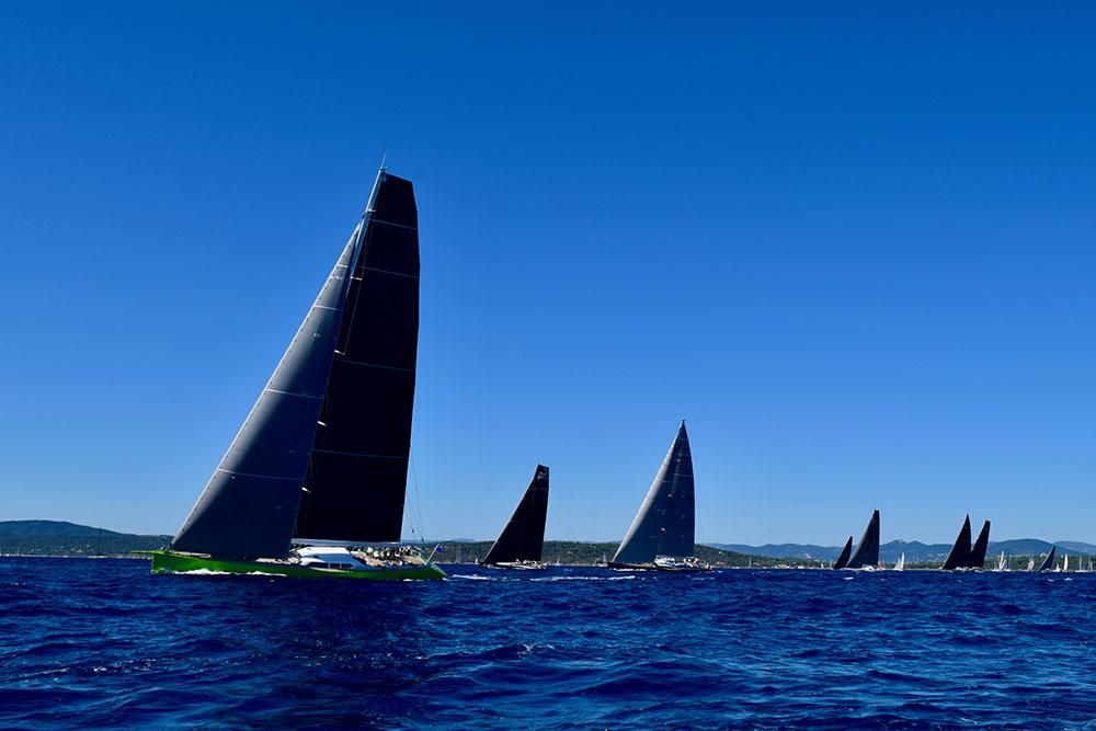 Sur l'eau, le ballet offert par les 300 bateaux en course est majestueux.