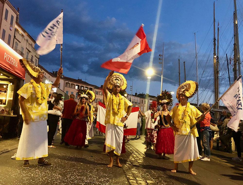 Les rues de Saint-Tropez aux couleurs de Tahiti grâce aux bénévoles de l'association Raiatea Regatta et à l'équipage vainqueur de la TPR 2019.