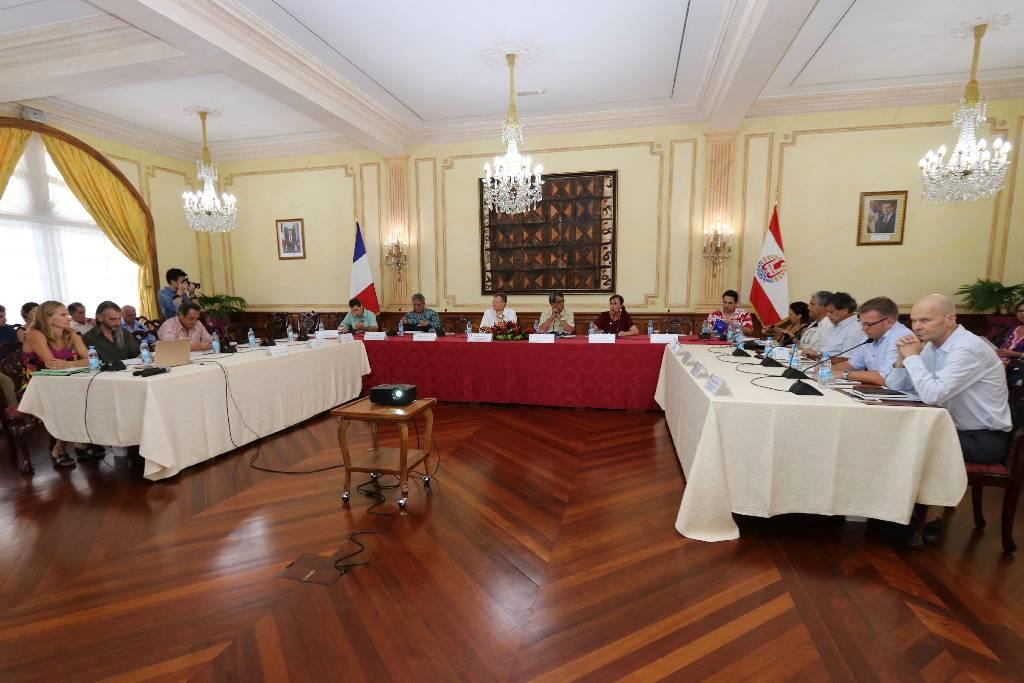 Le Comité de pilotage du Plan Climat Energie de la Polynésie française est composé de plusieurs membres, dont le haut-commissaire, René Bidal et le président du pays, Edouard Fritch.