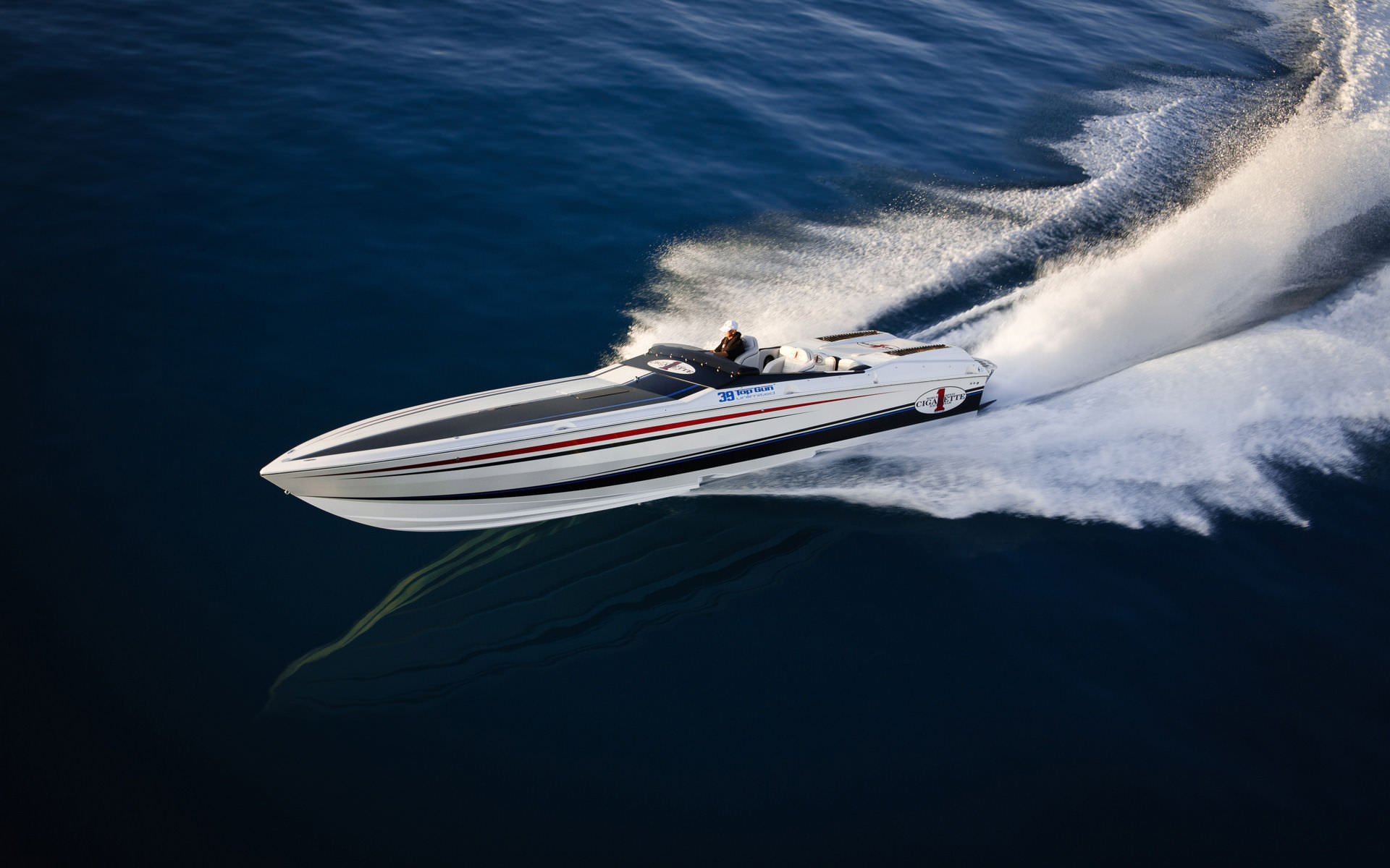 Un jet boat, peut-être de ce type, sera proposé aux enchères avec sa remorque. (Photo: stmed.net)