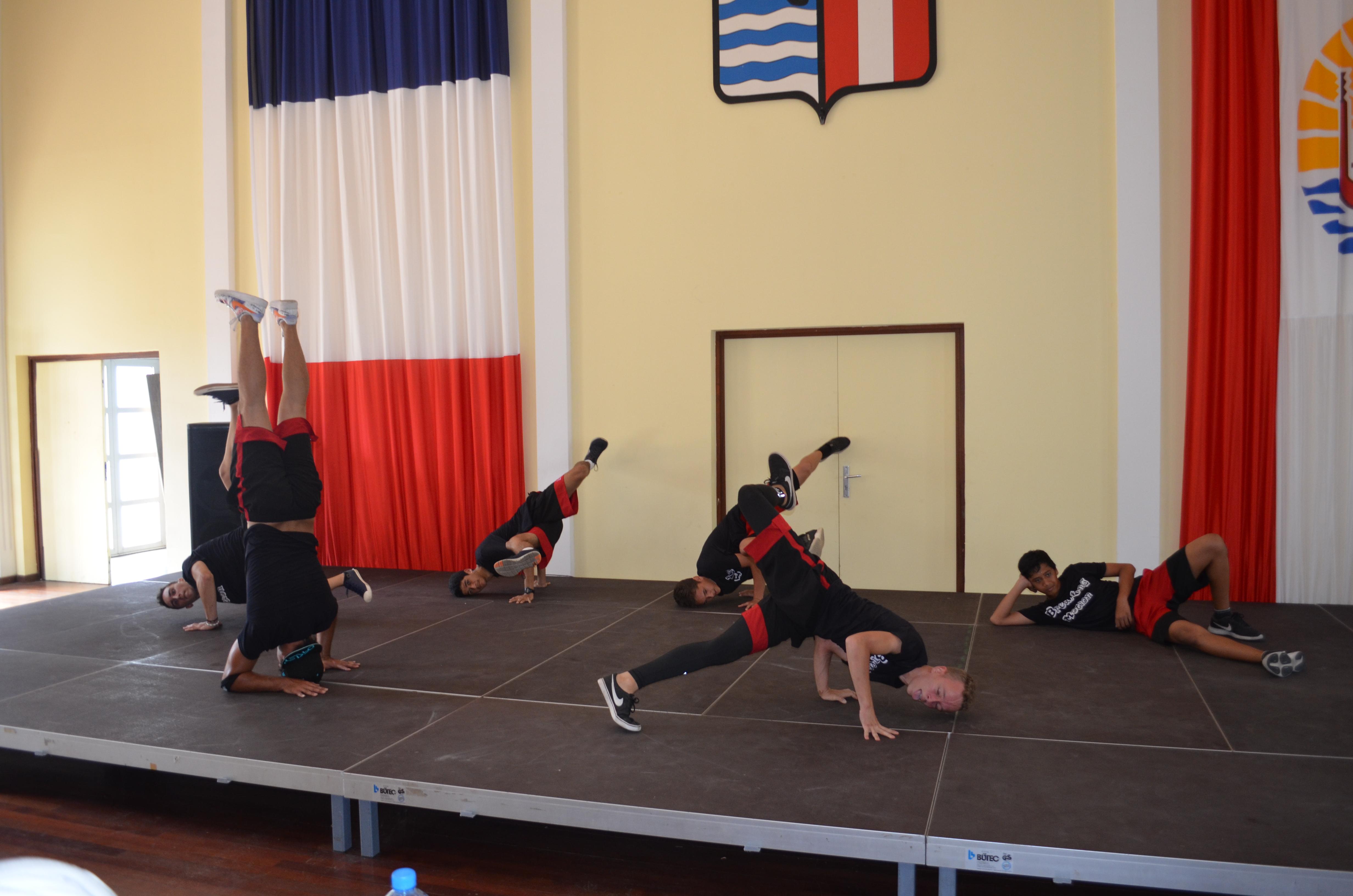 """Six groupes concourront dans la catégorie """"Danse moderne"""". Sur la photo, on retrouve la prestation du groupe """"Breaking Motion"""" de Pirae."""
